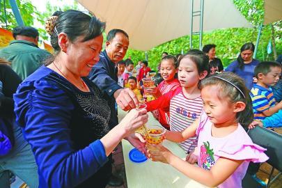 岩蜂业生态园成了欢乐的海洋,近千市民前来参加本届蜂蜜节开