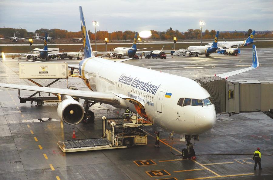 10月24日,乌克兰国际航空公司的飞机停在停机坪上。   据新华社莫斯科10月25日电(记者 胡晓光)据国际文传电讯社25日报道,俄罗斯和乌克兰之间的禁飞令从莫斯科时间25日零时(北京时间25日5时)开始生效,两国之间空中交通中断。   今年9月,乌克兰政府认为,俄罗斯航空公司执行赴克里米亚飞行任务,破坏了乌克兰法律,决定从10月25日起禁止俄25家航空公司飞机在乌克兰领空飞行。俄方采取对等回应措施,禁止乌克兰航空公司飞机从这一天起飞越俄领空。10月23日,俄、乌代表团在布鲁塞尔就空中航行问题进行