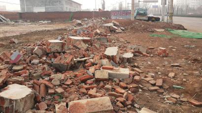 凤凰路南段建筑垃圾仍未覆盖