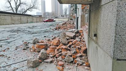 花园路华阳路交叉口建筑废墟未覆盖