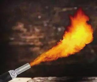 防狼喷火器火焰长半米 警方提醒:使用不当可能毁容伤身