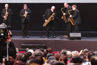 德国萨克斯五人团在上海音乐厅外的城市草坪为观众演出萨克斯五重奏.