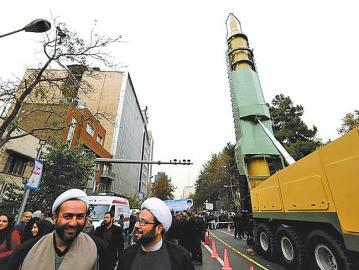 伊朗在美大使馆旧址旁展出导弹