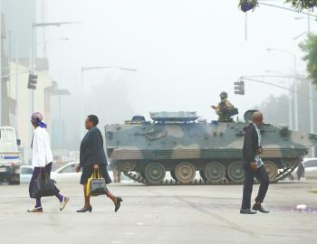 """津巴布韦:军事""""政变""""还是""""介入""""?"""