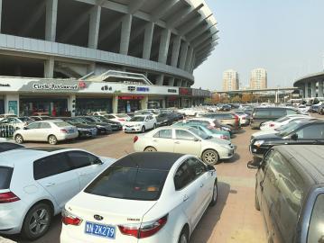 省体外广场将变身停车场 市民质疑:会挤占休闲活动空间