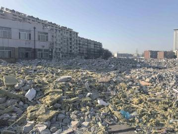 七里河路南段大量建筑垃圾仍裸露