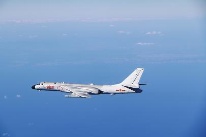 中国空军编队飞越对马海峡赴日本海远洋训练