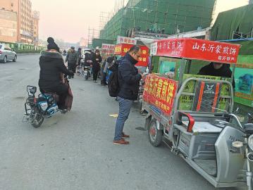 景绣苑小区西北角小吃摊占道经营