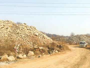 三庆城市主人小区北侧扬尘严重