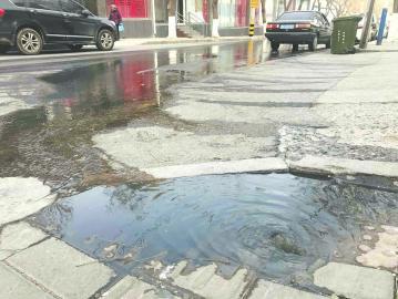 污水流啊流 路人愁啊愁 甸新东路北端大量污水外溢
