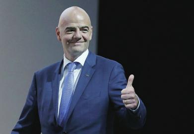 国际足联主席因凡蒂诺: 请大家体验穿着棉袄围着火锅看世界杯!