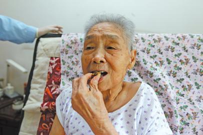 槐荫雅宝特口腔爱心接力五次登门 88岁老人8月8日这一天圆梦