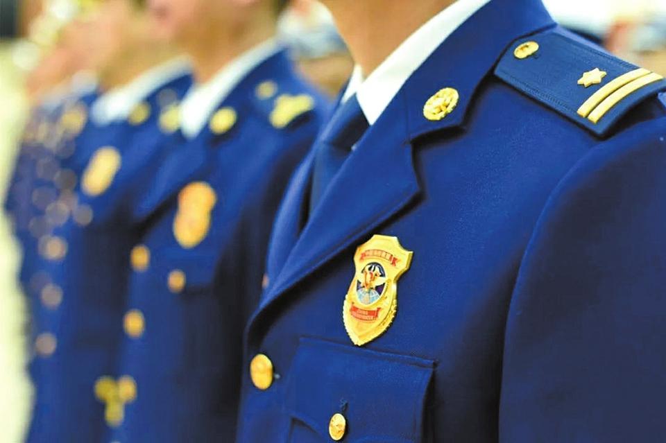 新衔级 新服装 新征程 ——88必发官网市消防救援支队完成授旗授衔换装