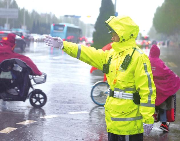 济南交警雨中坚守全力保障交通安全