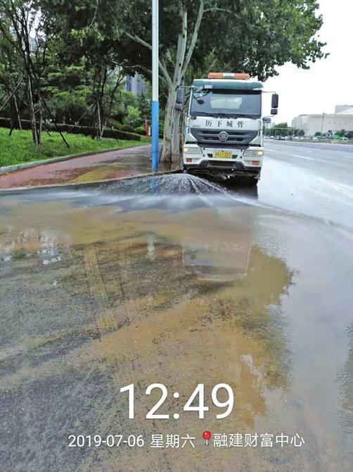 历下城管忙清淤 雨后泉城依然美