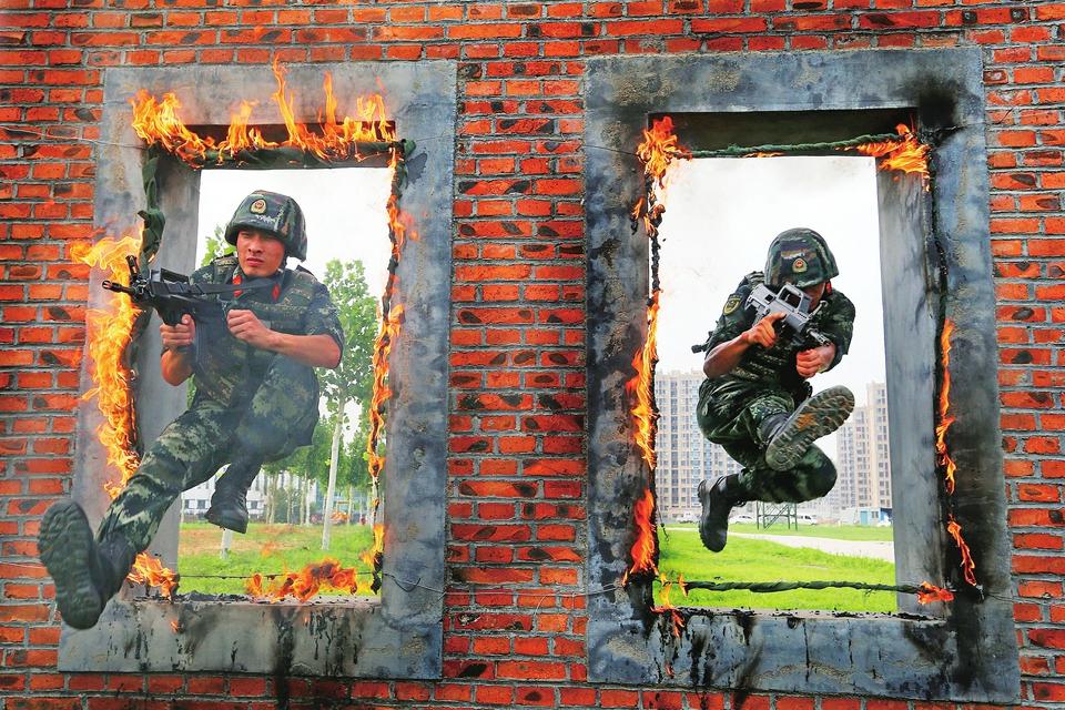 特战训练砺精兵 ——直击高温下武警特战队员的极限训练