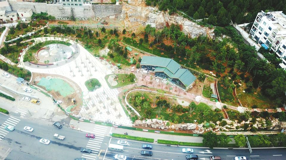 山体植绿建公园 居民休闲好去处