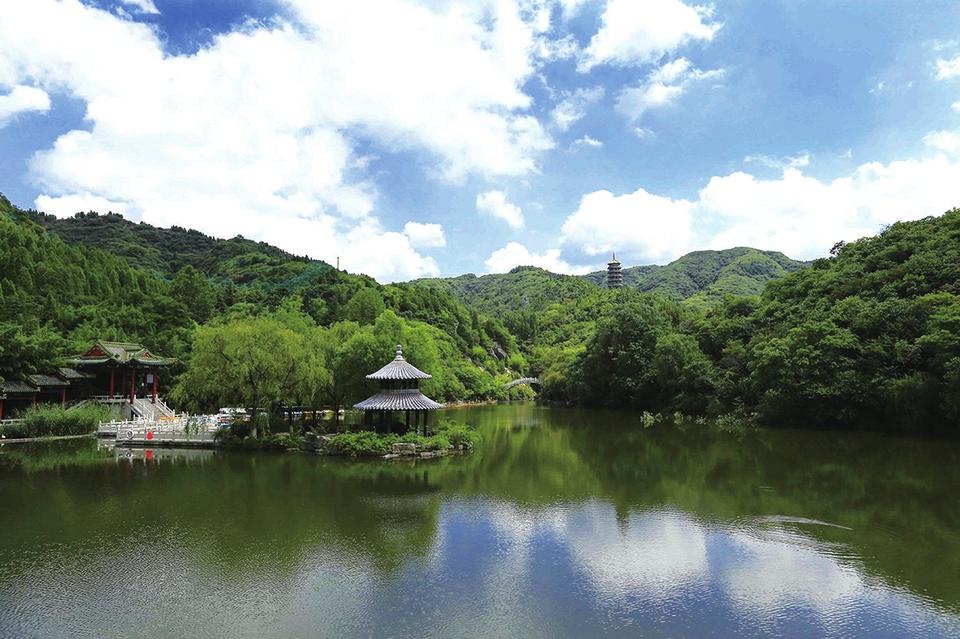 红叶谷里赏美景 休闲放松有意境