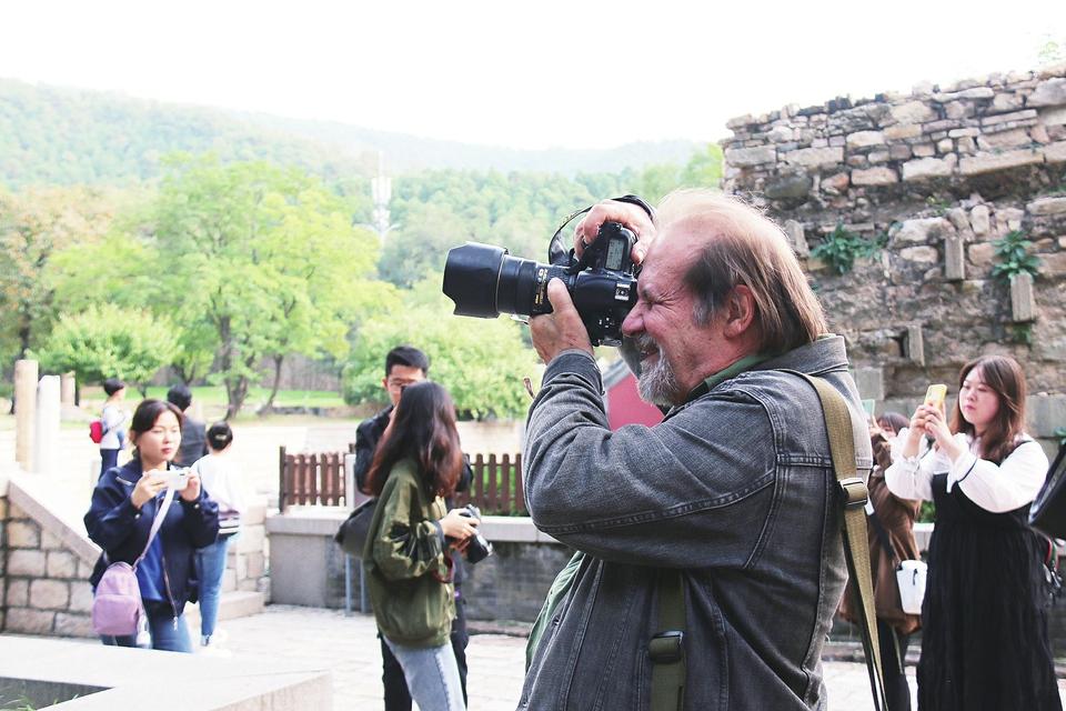 """法国著名摄影家克里斯蒂安·梅耶:,""""济南人的笑容吸引我一次次"""