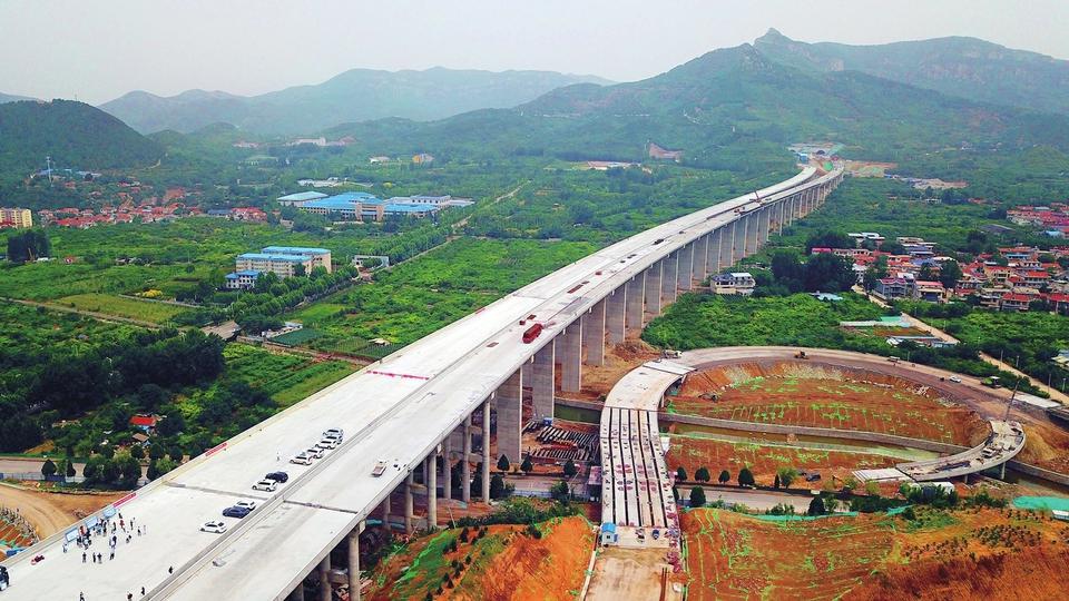 """被称为山东""""最美高速公路"""" 济泰高速济南段左线贯通"""