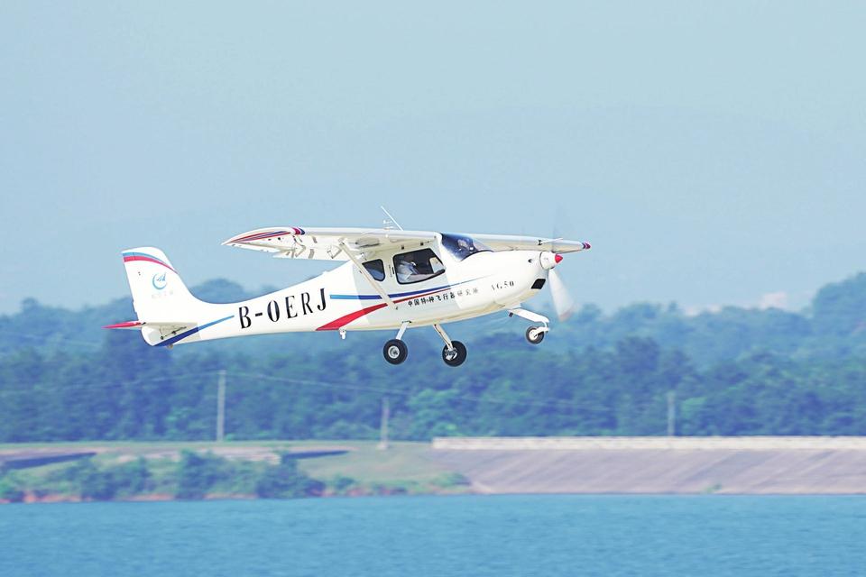 """国产""""领雁""""AG50轻型运动飞机首飞成功"""