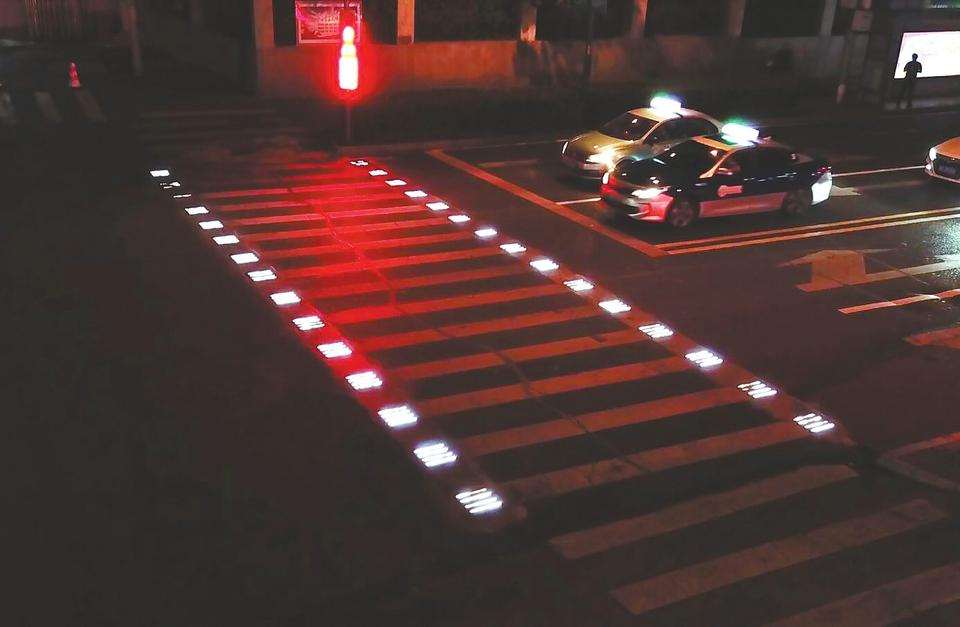 济南市首条会发光的斑马线亮相