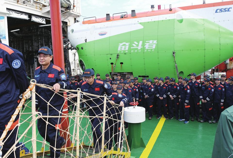 """10909米!创造中国载人深潜新纪录 """"奋斗者""""号胜利返航"""