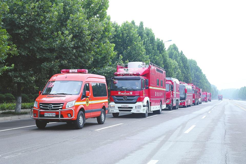 山东消防第二批增援来了 68辆消防车驰援河南
