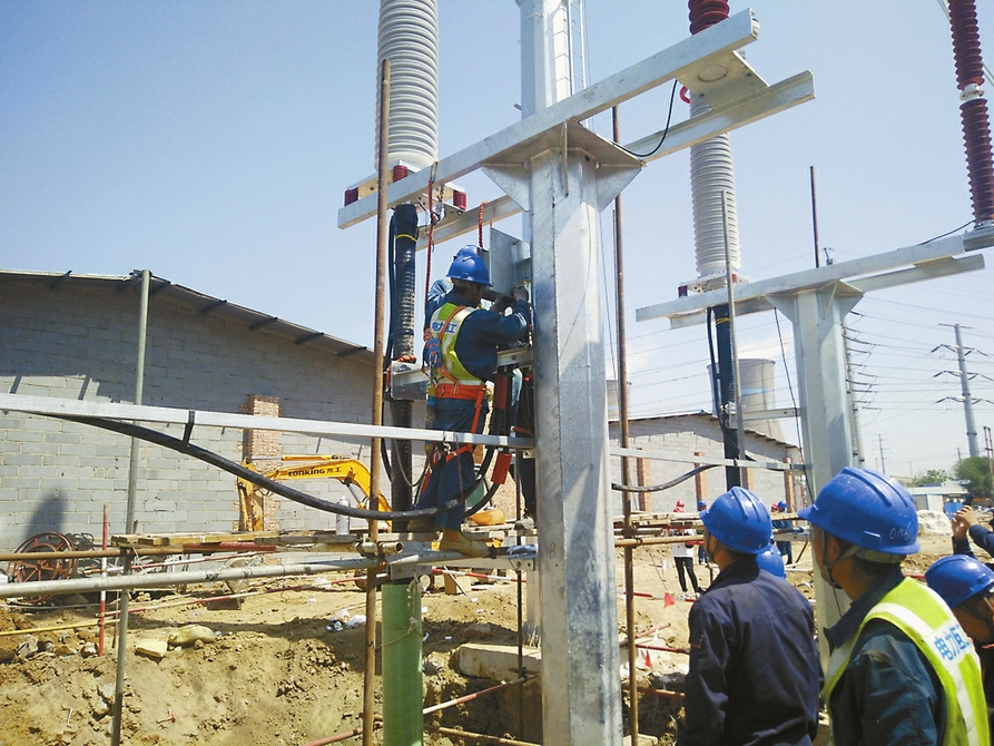 工作人员正在架空线路迁改现场紧张施工